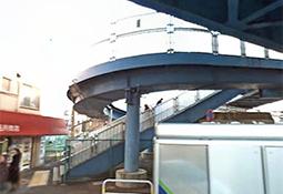 常磐線南千住駅西口、または日比谷線南口を出て左へ。歩道橋を渡って大通りをまっすぐに